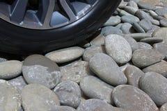 在小卵石的车轮 免版税库存照片