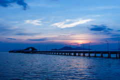 在小口岸船和灯岗位后的日落 图库摄影