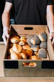 在小圆面包上添面包 免版税库存图片