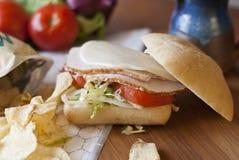 在小圆面包的火鸡肉三明治 免版税库存照片