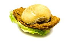 在小圆面包的面包炸肉排用在白色背景隔绝的沙拉 免版税库存图片