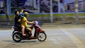在小型摩托车的家庭在河内 免版税库存照片
