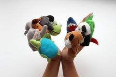 在小婴孩手指上,软的玩具在木偶剧院演奏动物 免版税图库摄影