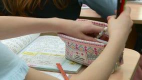 在小学生的算术教训解决问题在黑板和在他们的书桌 影视素材