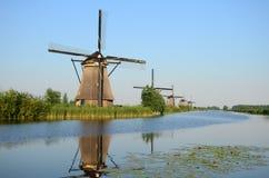 在小孩堤防的美好的荷兰风车风景在荷兰 免版税库存图片