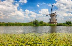 在小孩堤防的美好的荷兰风车风景Netherla的 免版税库存照片