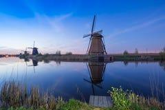 在小孩堤防的荷兰风车 免版税库存照片