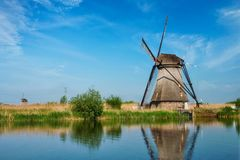 在小孩堤防的风车在荷兰 荷兰 免版税库存图片