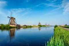 在小孩堤防的风车在荷兰 荷兰 库存图片