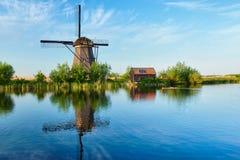 在小孩堤防的风车在荷兰 荷兰 库存照片