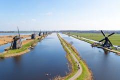 在小孩堤防荷兰的传统风车 免版税库存图片