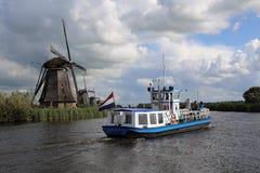 在小孩堤防,荷兰游览小船和风车 免版税库存照片