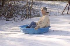 滑在小家伙水池的祖母 免版税库存照片