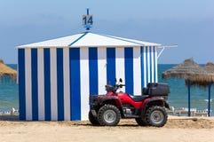 在小屋前面的海滩摩托车 库存照片