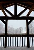 在小屋射线的雪 库存照片