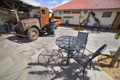 在小屋峡谷客栈前面的葡萄酒卡车 免版税库存照片