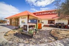 在小屋峡谷客栈前面的葡萄酒卡车 库存照片