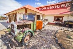 在小屋峡谷客栈前面的葡萄酒卡车 免版税图库摄影