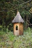 在小屋形状的木装饰在公园 免版税库存图片