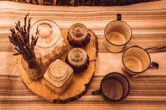在小屋的土气早餐 免版税库存照片