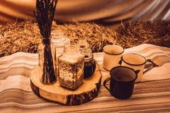 在小屋的土气早餐 免版税图库摄影