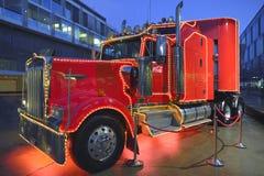 在小屋Megastore Wankdorf的可口可乐卡车在伯尔尼 免版税库存图片
