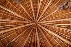 在小屋palapa屋顶星期日传统wiev之上 免版税库存照片