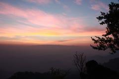 在小山上的五颜六色的天空 免版税库存照片