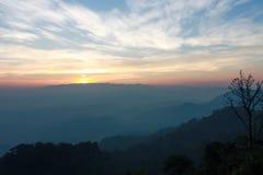 在小山上的五颜六色的天空 库存图片