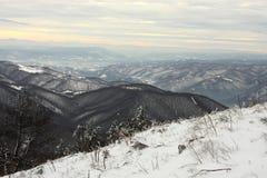 在小山上的冬天视图 库存图片