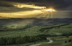 在小山上的日落 免版税库存照片