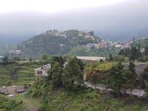 在小山上面的城市  免版税库存图片