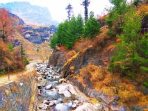 在小山下的小河 库存图片