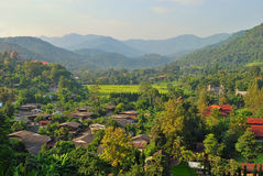 在小山下的村庄 库存图片