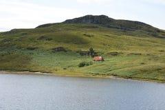 在小山下的离开的Bothy 图库摄影