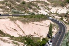 在小山中的一条绞的柏油路 图库摄影