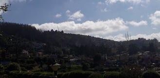 在小山之外的云彩 库存图片