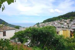 在小山之间的一个老欧洲镇 图库摄影