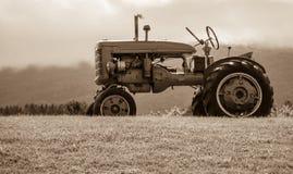 在小山乌贼属口气的老拖拉机 免版税库存照片