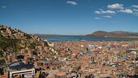 在小山俯视的镇和湖的大厦 股票录像