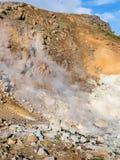 在小山倾斜的温泉在Krysuvik,冰岛 免版税库存图片