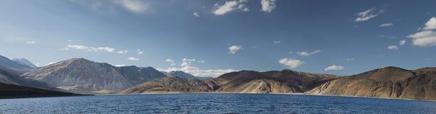 在小山全景中的深蓝色山湖 免版税图库摄影