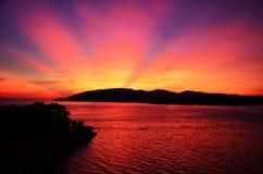在小山后的日落在亚庇 库存照片