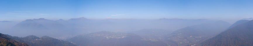 在小山和山的早晨风景与在空气和污染的湿气 库存照片