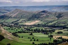 在小山在Edale附近,高峰区国家公园,德贝郡,英国,英国的美丽如画的看法 库存图片