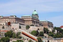 在小山布达佩斯的皇家城堡 免版税图库摄影