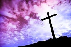 在小山的一个十字架 免版税库存图片