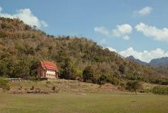在小山的一个寺庙在泰国 免版税库存照片