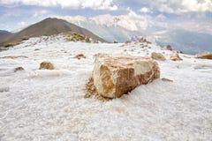 在小山的一块大石头 图库摄影