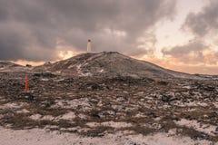 在小山的一座灯塔在冰岛 免版税库存图片
